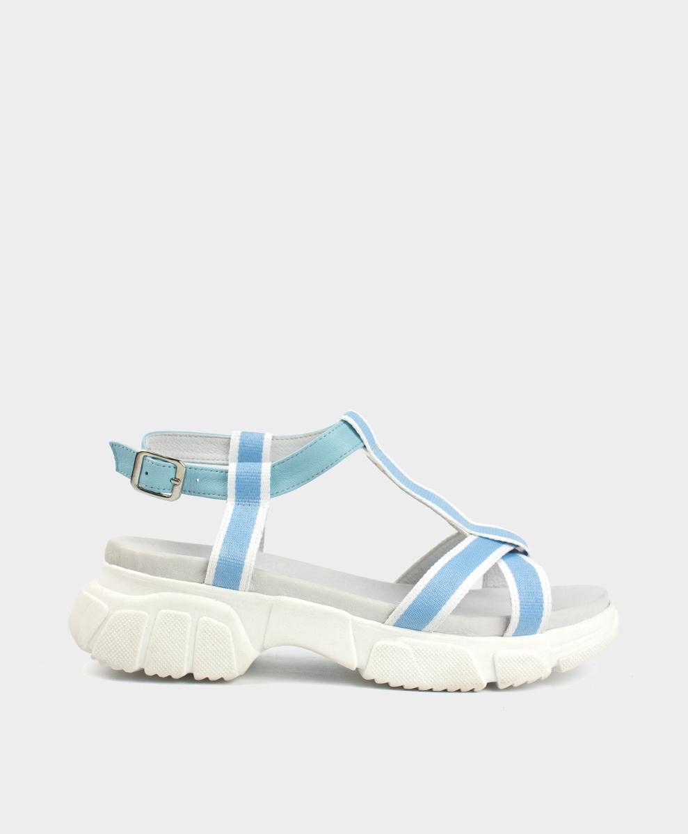 Sandalias con suela gruesa en tejido azul celeste y blanco.