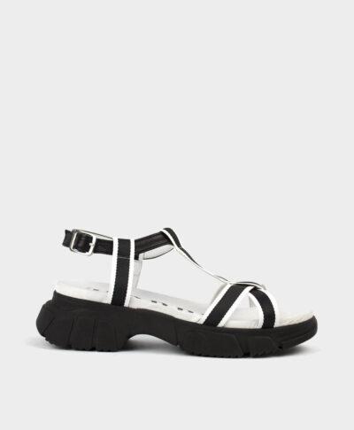 Sandalias con suela gruesa en tejido negro y blanco.