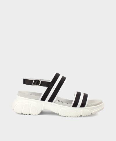 Sandalias con suela gruesa con cintas de tejido negro y blanco.