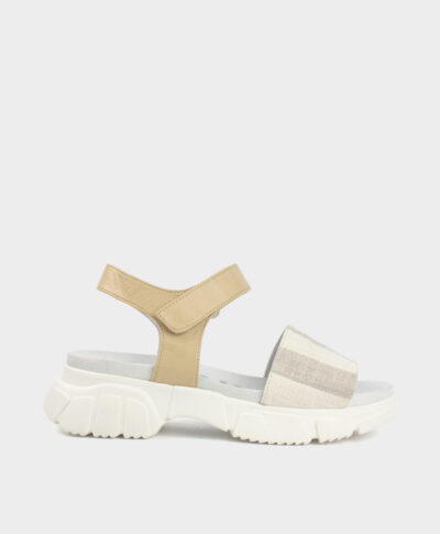 Sandalia deportiva con suela gruesa con tejido de rayas crudo y blanco roto con pulsera en piel vacuna.