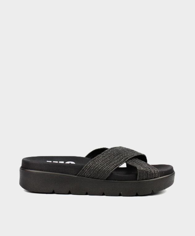 Sandalia en negro con tiras de rafia elásticas.