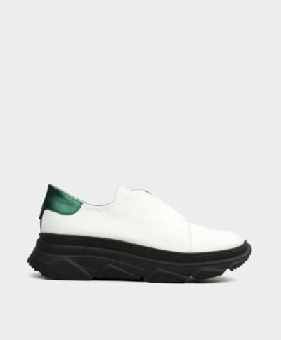 Zapatillas deportivas con piso grueso negro en piel vacuna blanca con cierre elástico en verde.
