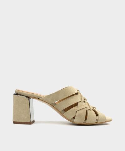 Sandalia mule en serraje beig clarito con tacón ancho forrado al tono.
