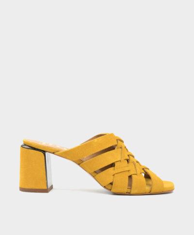 Sandalia en serraje amarillo ocre con tacón ancho forrado al tono.