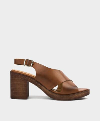 Sandalia de tacón ancho en piel vacuna en tono cuero.