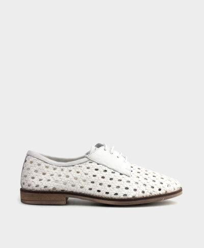 Zapato plano de cordones en piel vacuna trenzada en blanco.