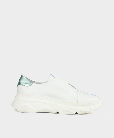 Zapatillas deportivas con piso grueso blanco en piel vacuna blanca con cierre elástico en azul celeste.