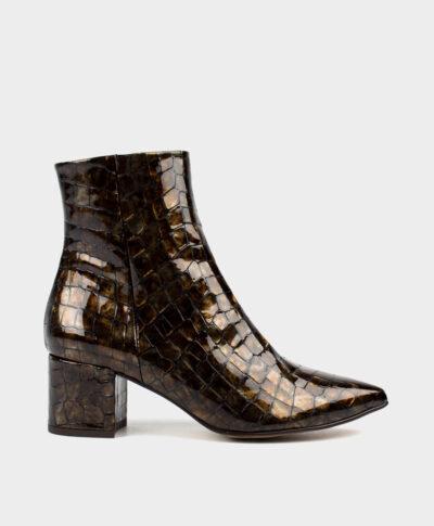Botines de tacón medio ancho en charol imitación cocodrilo marrón.