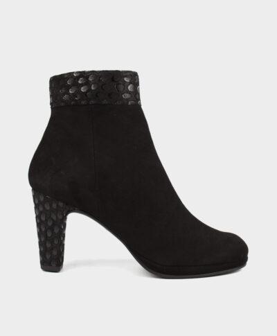 Botín de tacón alto en piel de ante en tono negro con detalle en el tobillo de piel negra con topos.