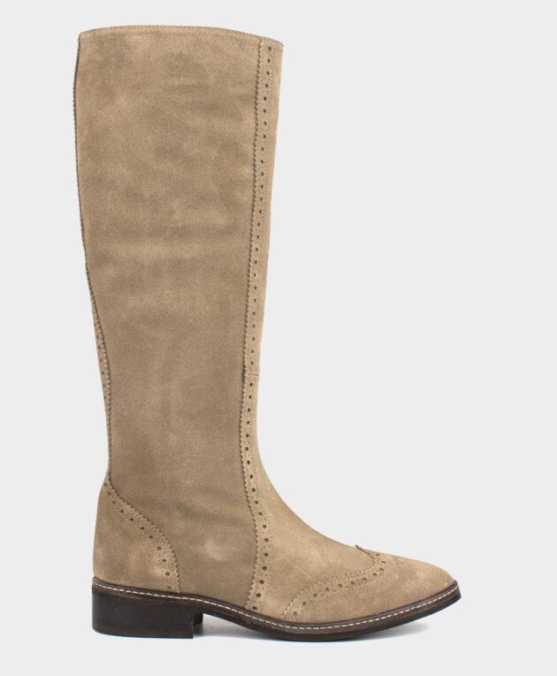 Bota alta plana con costuras y picados en piel de serraje en tono beige claro.