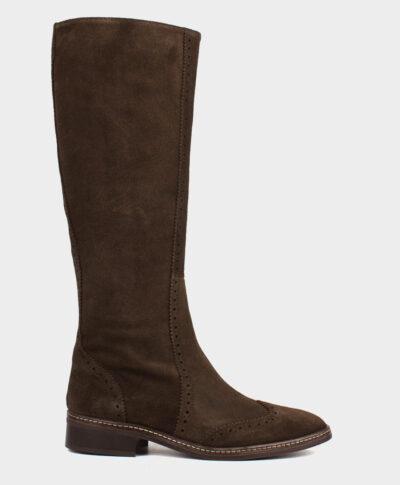 Bota alta plana con costuras y picados en piel de serraje en tono marrón.