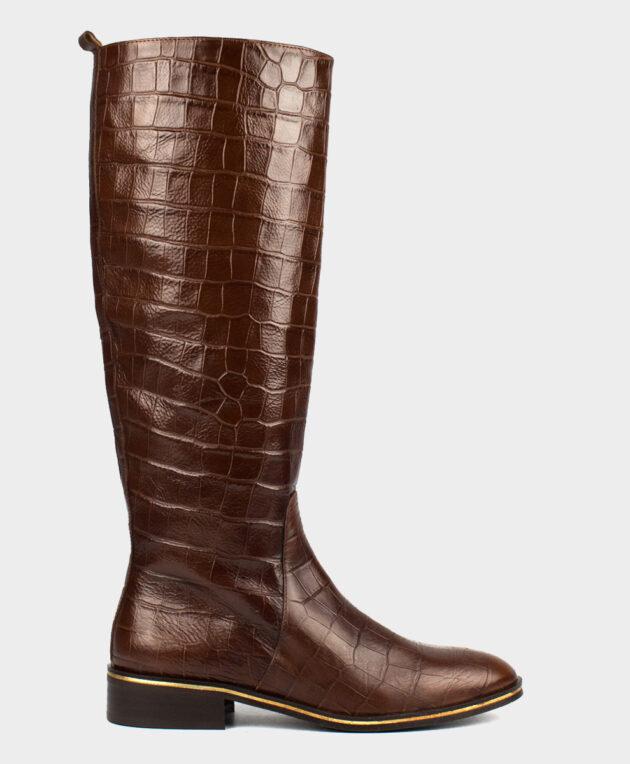 Bota alta plana en piel vacuna con print animal en tono marrón.